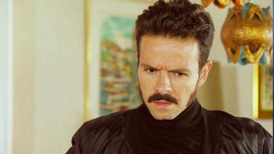 José María Torre, Adán Romero molesto en la serie Dueños del Paraíso