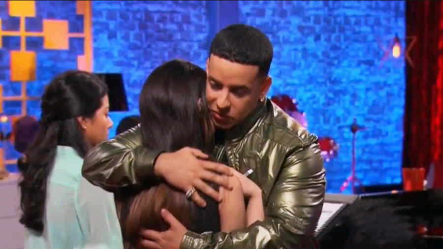Daddy Yankee abraza a una de las participantes de la Voz Kids