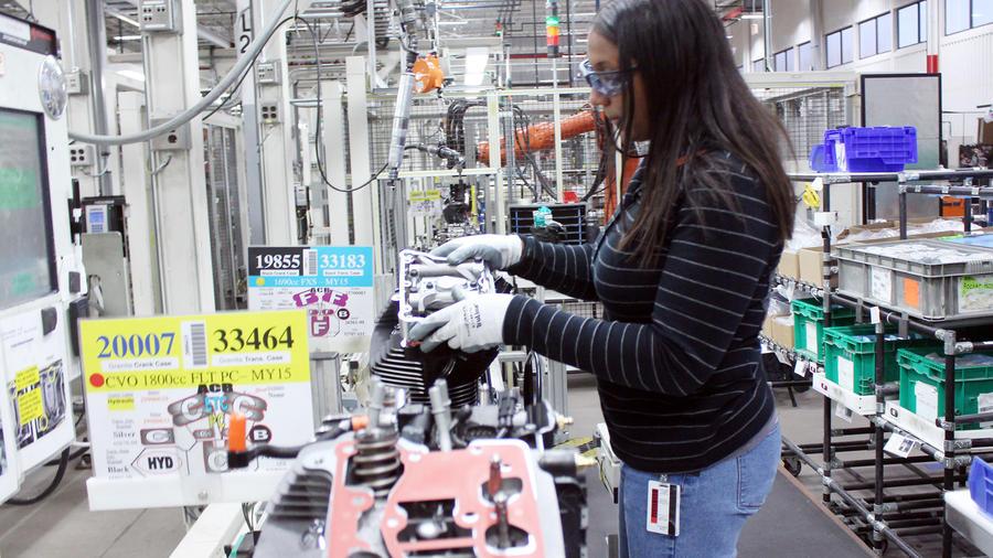 Mujer trabaja en manufacturera