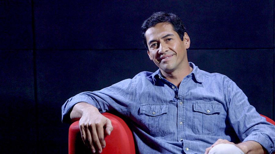 """Gabriel Porras sonriendo en entrevista sobre """"Bajo en mismo cielo"""""""