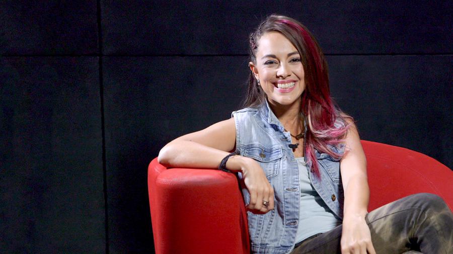 """María Elisa Camargo sonriendo en entrevista sobre """"Bajo el mismo cielo"""""""