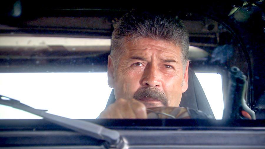 Guillermo Quintanilla manejando en Tierra de Reyes