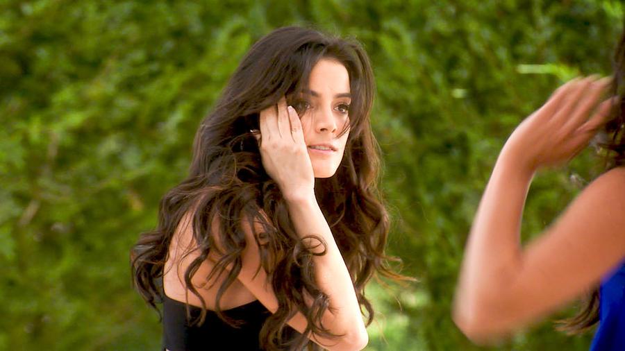 Daniela Navarro tocándose la cara tras recibir una cachetada en Tierra de Reyes