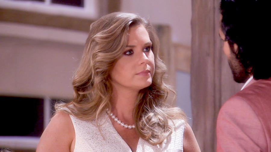 Sonya Smith con el cabello suelto y un collar de perlas en Tierra de Reyes