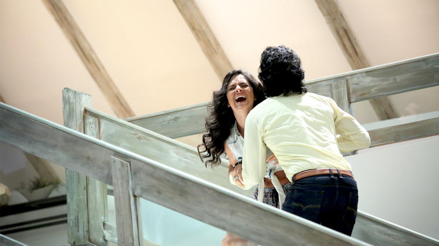 Ana Lorena Sanchez y Fabián Ríos peleando en las escaleras en Tierra de Reyes