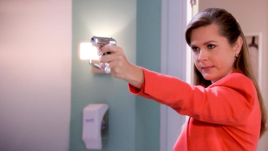 Sonya Smith disparando una pistola en Tierra de Reyes
