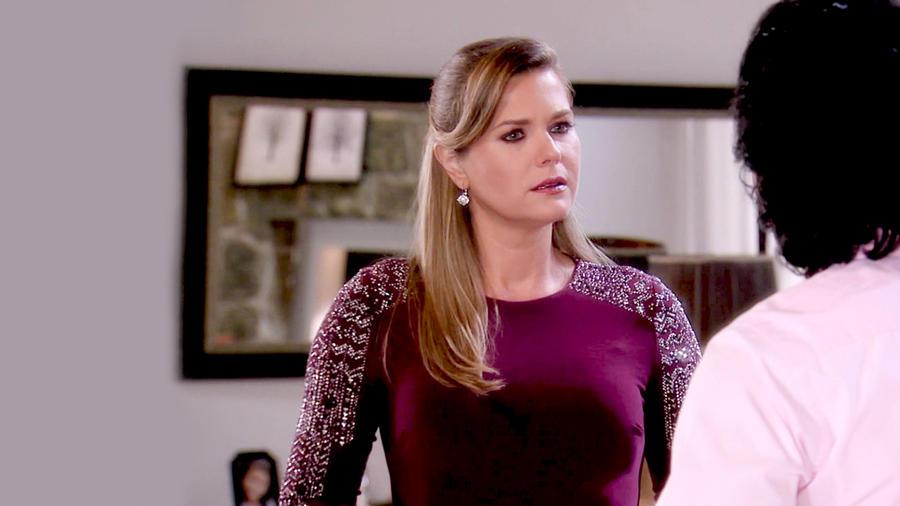 Sonya Smith seria con vestido morado en Tierra de Reyes