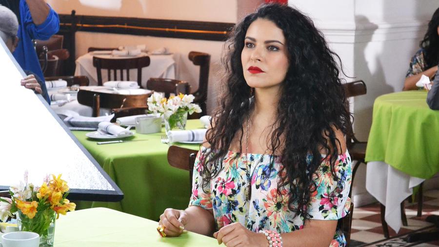 Litzy-Aracely-Domíguez-pensativa en un restaurante-Señora Acero 2