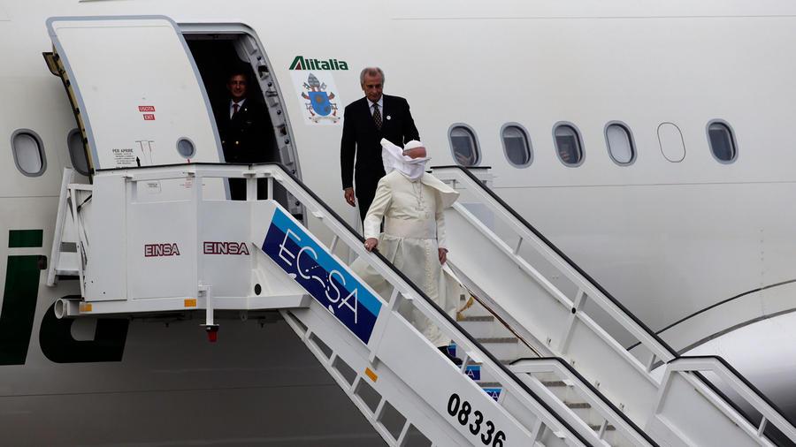 papa sale del avion tras llegada a cuba