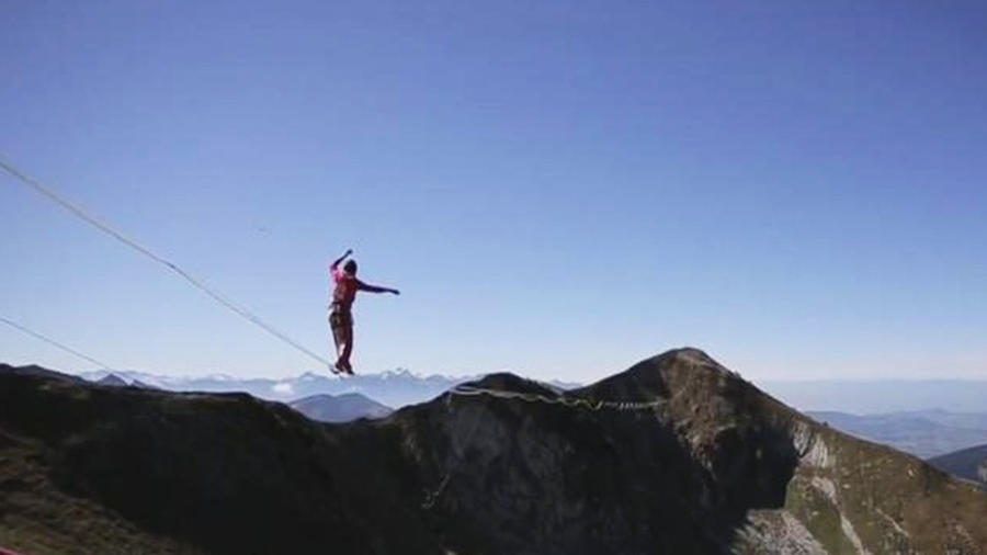 equilibristas cruzan cuerda floja