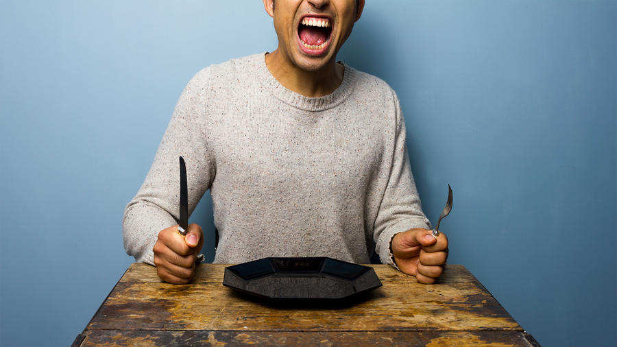 hombre gritando por comida