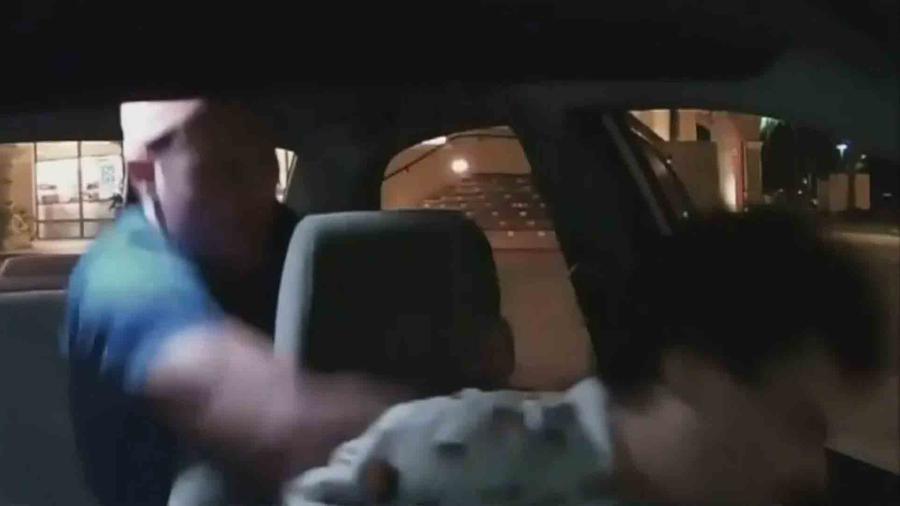 un conductor de la compañia uber fue brutalmente agredido por un pasajero fuera de control