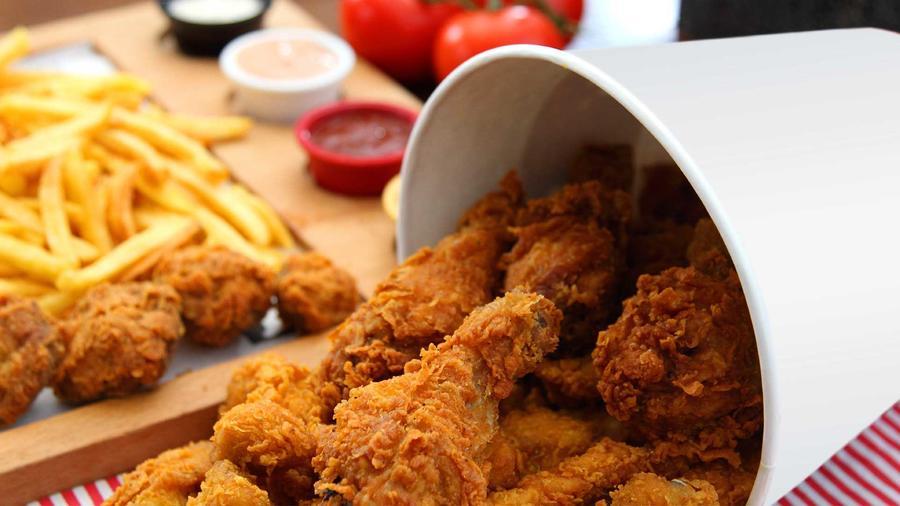 alimentos enemigos del corazon: pollo frito encabeza la lista