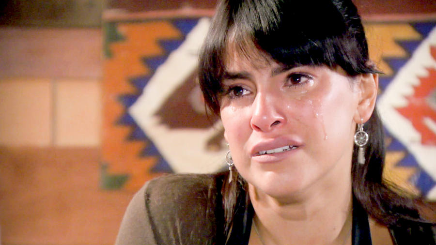 Liz Gallardo llorando en Bajo El Mismo Cielo