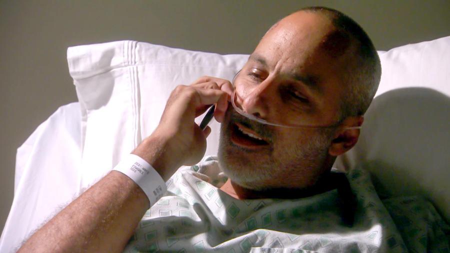 Julio Bracho hospitalizado hablando por teléfono en Bajo El Mismo Cielo