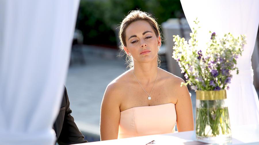 María Elisa Camargo vestida de novia y triste en Bajo El Mismo Cielo