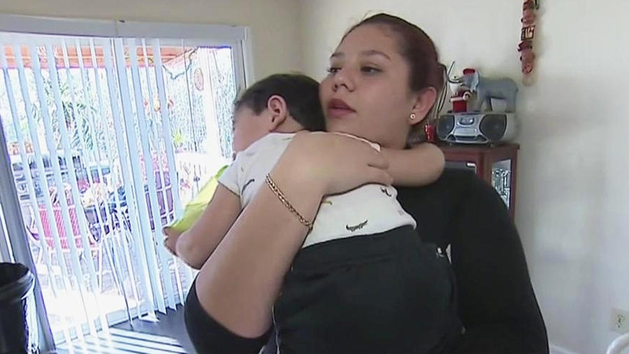 mujer abraza a su hijo