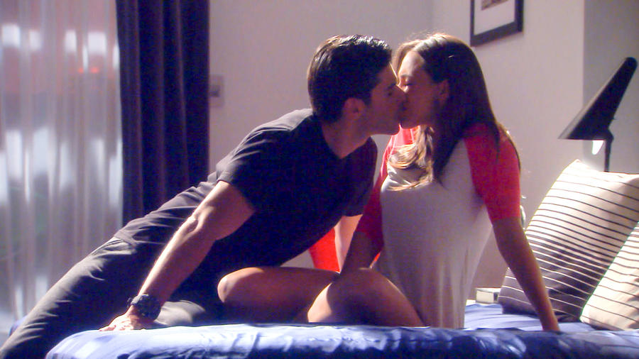 María Elisa Camargo y Juan Pablo Llano besándose en Bajo El Mismo Cielo