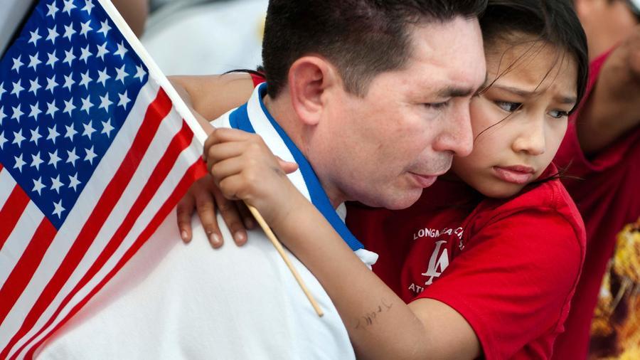 hombre abraza a su hija