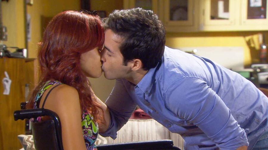 Alma Itzel y Nick besándose en Bajo El Mismo Cielo
