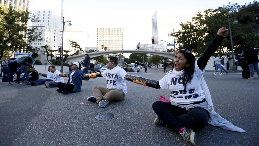 manifestantes bloquean interseccion