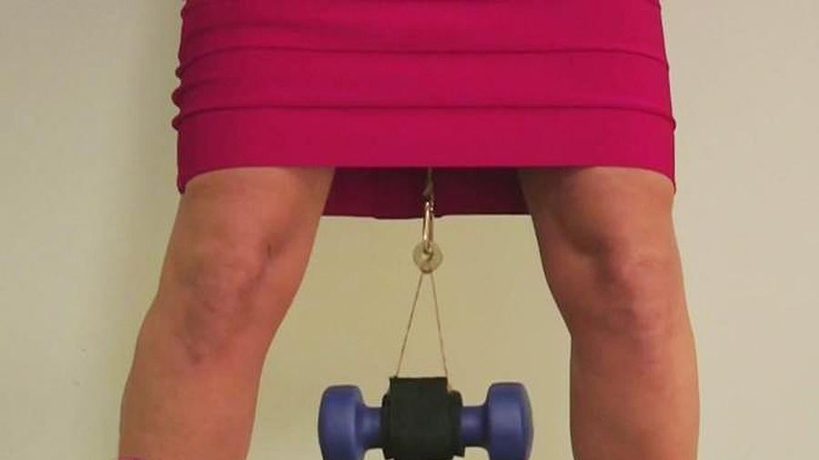 mujer levanta pesas con vagina