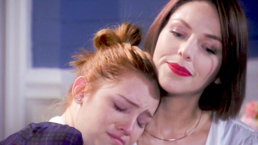 Erika de la Rosa consolando a Minnie West en Eva La Trailera
