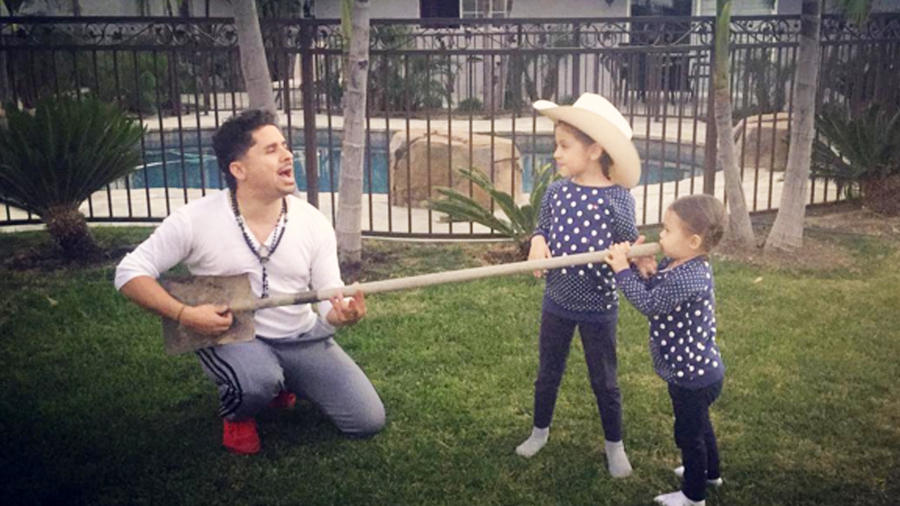larry hernandez con sus hijas