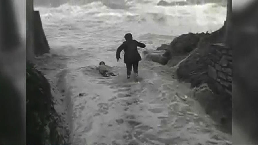 Pareja de ancianos es arrastrada al mar