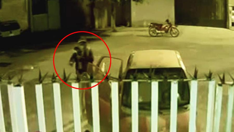 Ladrón en moto se lleva todo dentro de un auto