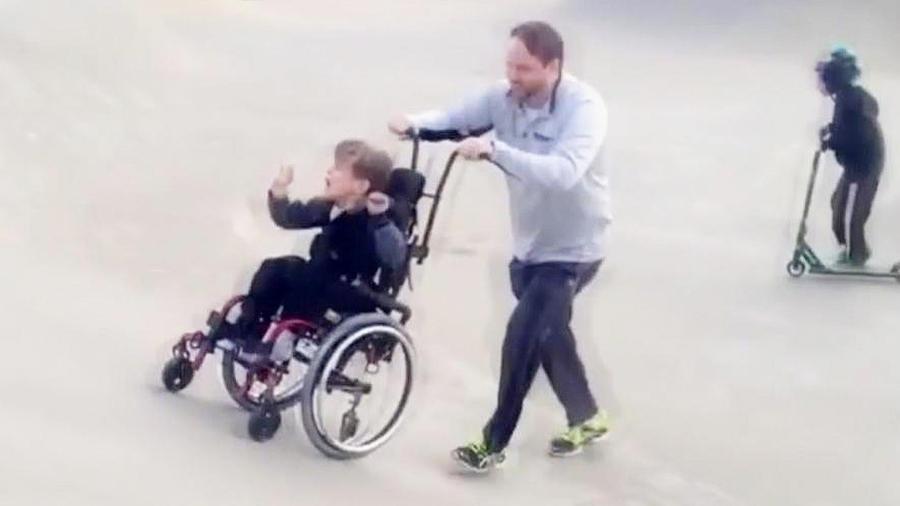 niño con su padre en pista