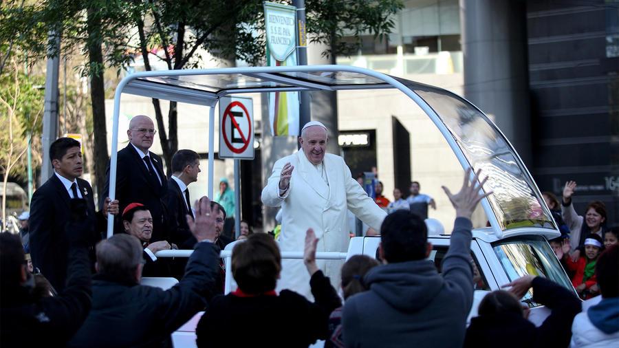 Papa Francisco saludando en la ciudad de México