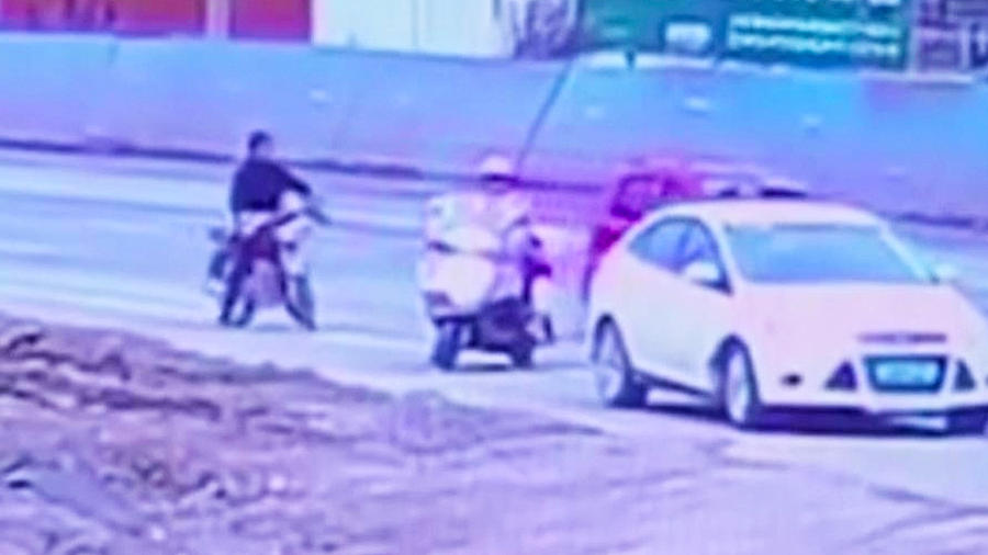 mujer arrastrada auto
