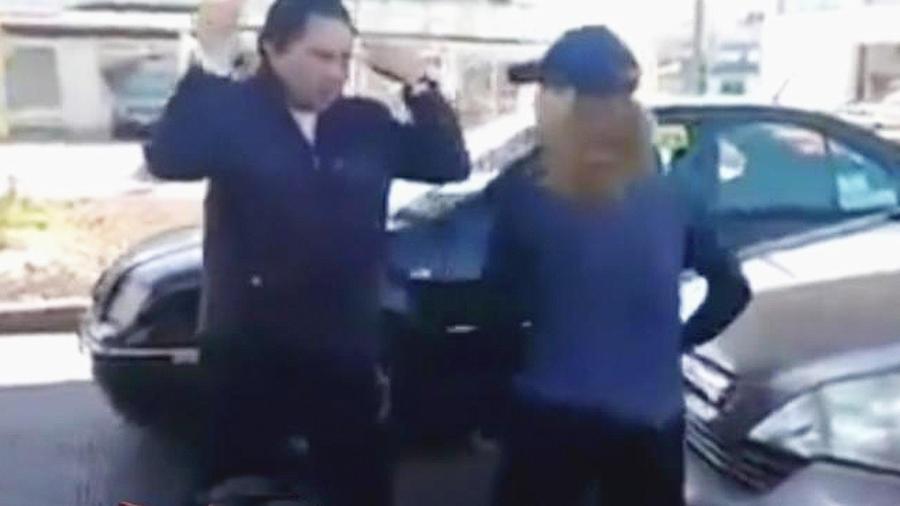 mujer ataca pareja