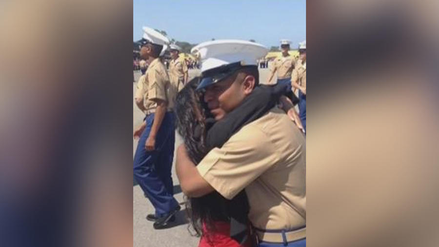 madre abraza a su hijo