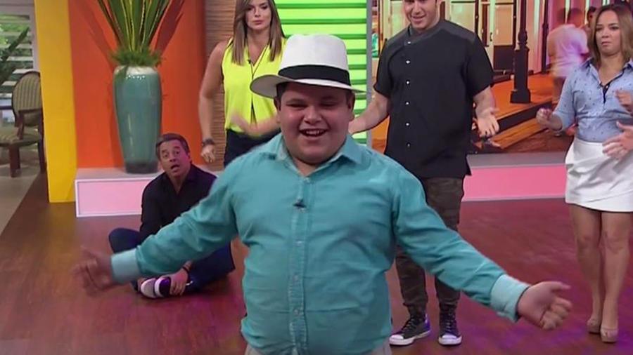 Memito, el niño bailarín, te enseña su paso de baile