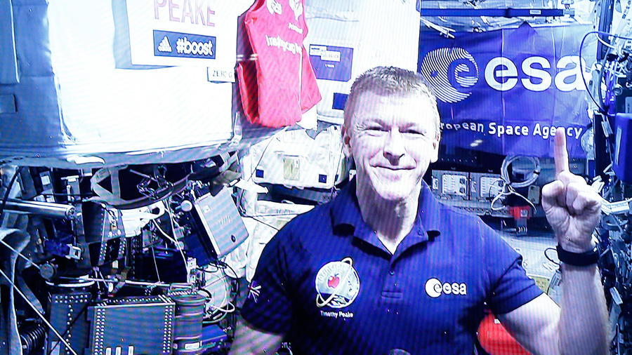 astronauta en estacion espacial