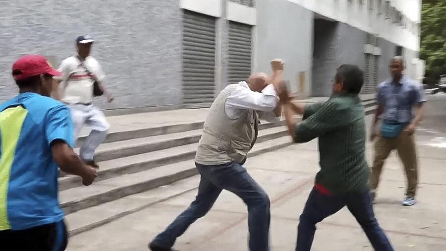 hombres atacan a opositores