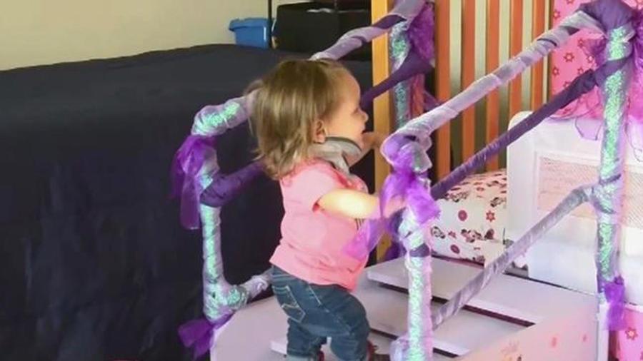 niña especial subiendo escaleras