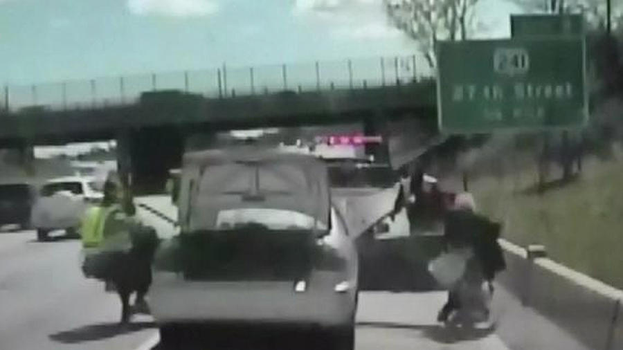 mujer se estrella con patrulla