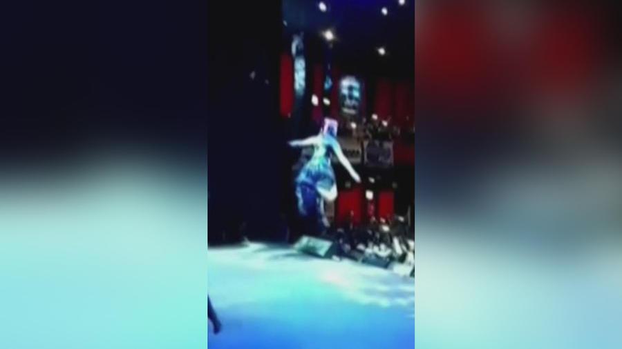 mujer cae en show acrobatico