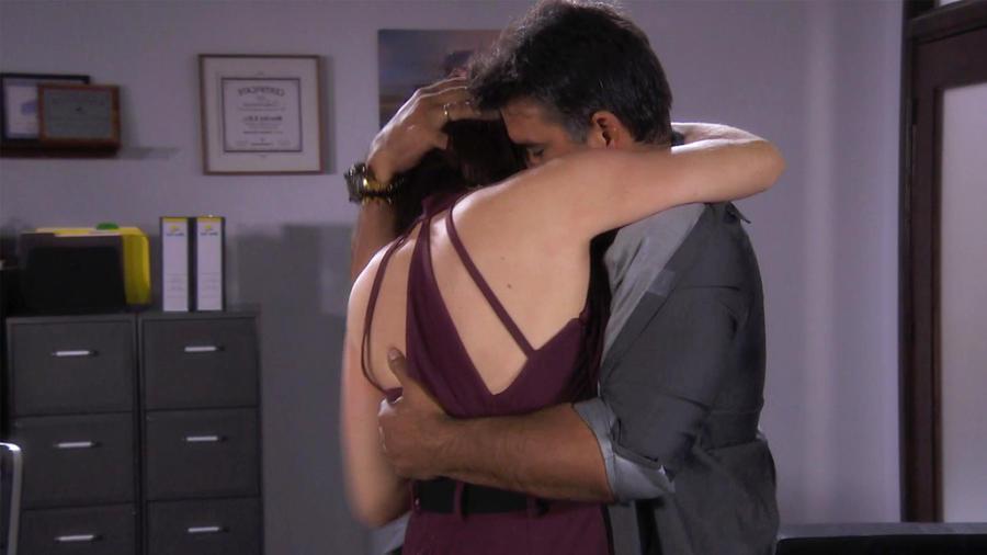 Jorge Luis Pila y Erika de la Rosa hacen el amor en la oficina en Eva la Trailera