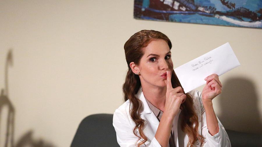 Maritza Bustamante con la carta que escribió Sofía Lama en Eva la Trailera
