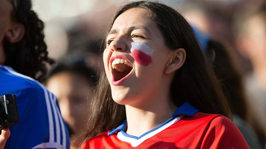 chilena cantando himno