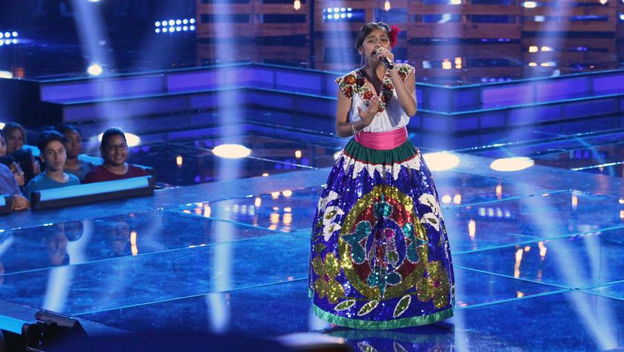 Magallie cantando en la final de La Voz Kids