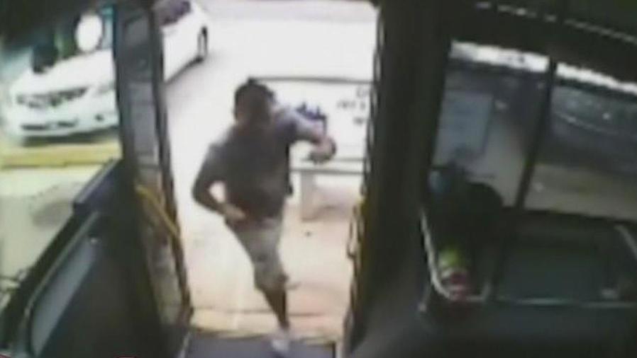 hispano aterroriza autobus