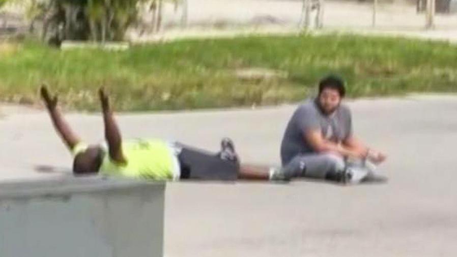 hombre afroamericano en el piso