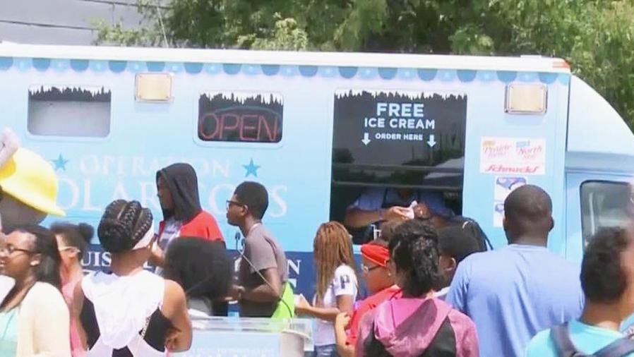 policia regala helados