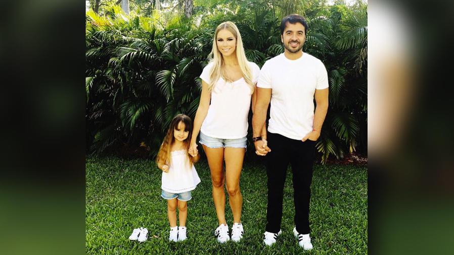 luis fonsi con su esposa e hija