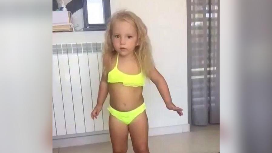 niña con bikini amarillo